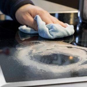 Glaskeramikreiniger im Einsatz